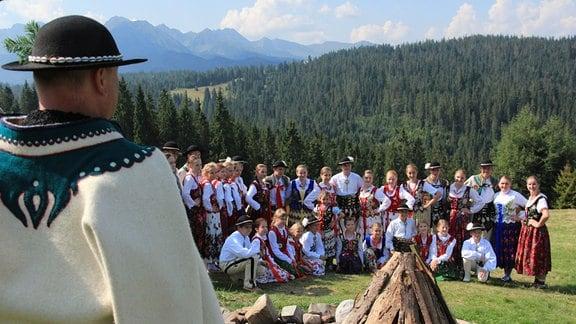 Junge Goralen singen in Tracht
