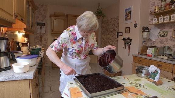 """Rund um Vesser können viele Heidelbeeren gesammelt werden. Eimerweise trägt sie Gudrun Wagner nach Hause und bäckt fürs """"Schwarzebeerfest"""" am letzten Juliwochenende bis zu 14 Bleche leckersten Heidelbeerkuchen."""