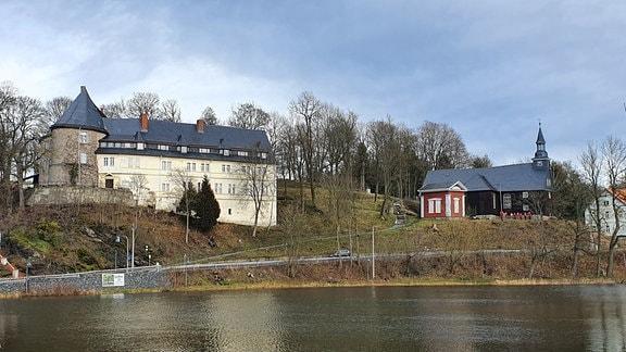 Wahrzeichen des Dorfes ist das Schloss. 1100 Jahre thront es schon über dem Ort. Vor etwa 10 Jahren kaufte es ein holländisches Ehepaar. Abgesehen von Dach und hunderten Fenstern versuchen sie so gut wie alles selbst wieder herzurichten. Auch mit Hilfe der Dorfbewohner. In zwei riesigen Ferienwohnungen können Besucher Schlossromantik schnuppern.