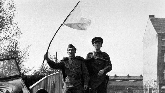 Gregor Hecker (Jaecki Schwarz, li.) schwenkt eine weiße Fahne. Neben ihm:  Wadim (Wassili Liwanow).