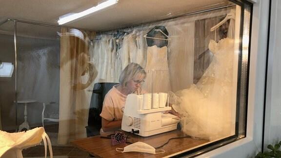 Carola Drießel aus Schwansee sitzt wieder an der Nähmaschine, denn kein Brautkleid passt auf Anhieb. Über Wochen konnte und wollte niemand heiraten, jetzt geht es langsam wieder los.