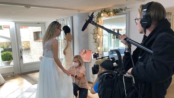 Abstand halten gilt für Verkäufer und Kundschaft – und für das Kamerateam. Auch wenn in diesem Frühjahr viele Hochzeiten ins Wasser gefallen sind – so langsam traut man sich wieder.