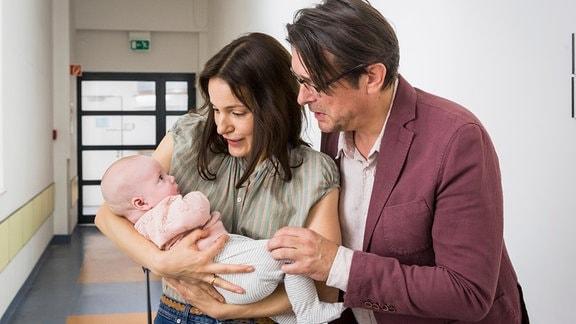Glücklich nehmen Katrin (Nicolette Krebitz) und Philipp (Hary Prinz) ihre Tochter wieder in den Arm.