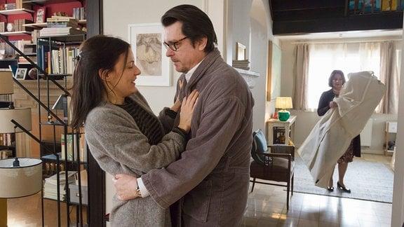 Philipp (Hary Prinz) lenkt Katrin (Nicolette Krebitz) ab, während Renate (Patricia Hirschbichler) das gelieferte Hochzeitskleid die Treppe hinaufträgt.