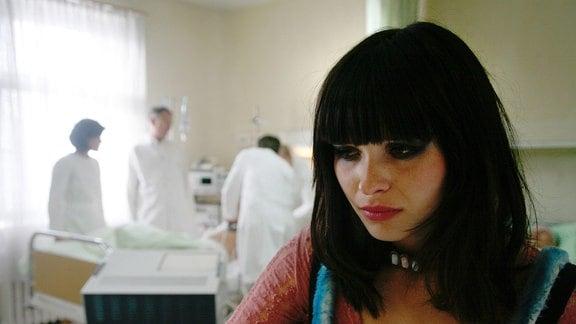 Carlo stirbt und Melanie (Anna Fischer) verlässt den Raum.