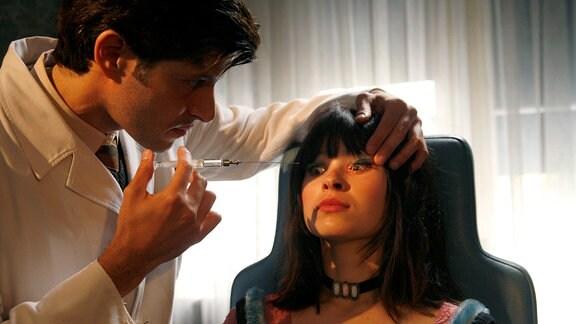 Melanie (Anna Fischer) wird das erste Mal von Carlo (Pasquale Aleardi) behandelt.