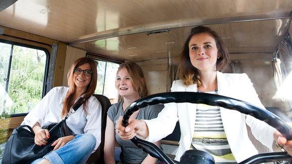 Im schrottreifen Vehikel auf dem Weg zum Ponyhof: die Schwestern Kristin (Claudia Eisinger, l.i), Philomena (Gro Swantje Kohlhof) und Laura (Karin Hanczewski, re.).