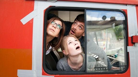 Ob das gut geht? Rick (Sebastian Fräsdorf), Kristin (Claudia Eisinger, li.) und Philomena (Gro Swantje Kohlhof) sind in dem schrottreifen Vehikel auf dem Weg an die Ostsee.
