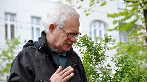 Peter Kahane heute auf den Spuren seiner Kindheit in Pankow, 2015.