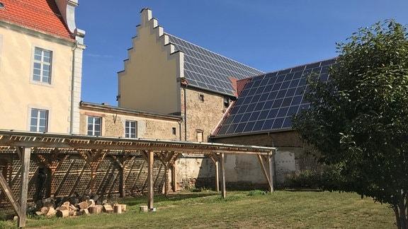 Das Dachschrägen des Walbecker Schlosses sind fast flächendeckend mit Sonnenkollektoren belegt.