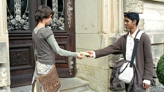 9. Gebot: Du sollst nicht begehren deines Nächsten Haus, Fitore Vojvoda l. (Jette), Ragavan Shanmugathas r. (Naresh)