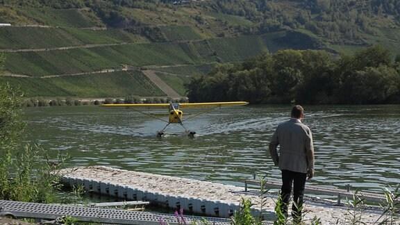 Axel Bulthaupt fliegt mit dem einzigen Wasserflugzeug an der Mosel. Eines von dreien in Deutschland.