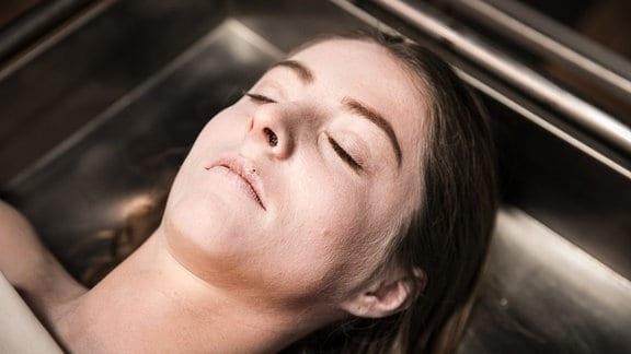 Die Studentin Sarah (Paula Kroh) liegt im Leichenschauhaus.