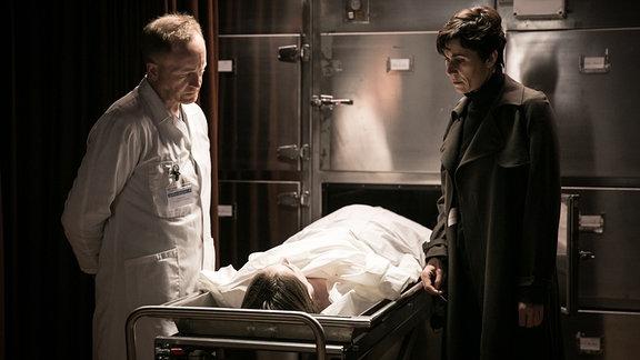 Ellen Bouché (Nina Kunzendorf, re.) identifiziert im Beisein des Pathologen (Jurgen Delnaet) ihre Tochter Sarah (Paula Kroh) im Leichenschauhaus.