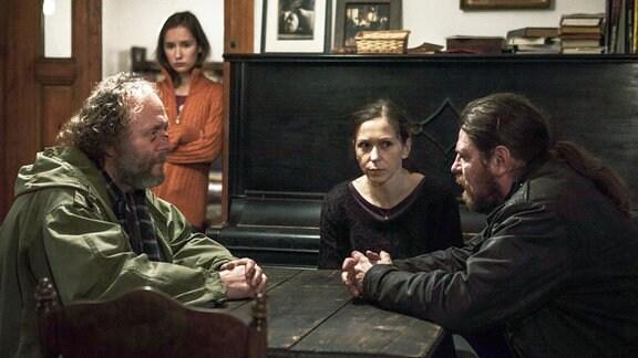 Hankas (Zuzana Stivínová, 2. von rechts) jüngere Tochter Míša wird vermisst. Gemeinsam mit ihrem Ex-Mann Karel (Jaroslav Dušek, links) und der älteren Tochter Klára (Eliška Křenková, 2. von links) geben sie Hauptmann Rajner (Leoš Noha, rechts) von der Polizei Auskunft.