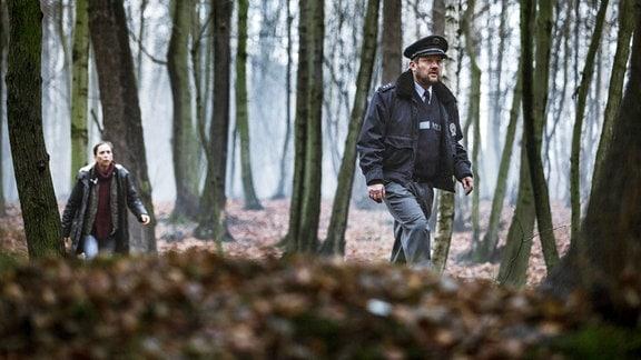 Im tschechischen Grenzdorf Pustina machen die Bürgermeisterin Hanka Sikorová (Zuzana Stivínová) und ein Polizist (Karel Zima) eine schreckliche Entdeckung.