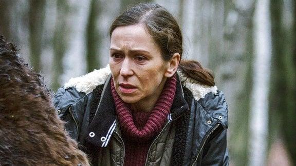 Der Esel des Kindergartens wurde brutal zu Tode gequält. Bürgermeisterin Hanka Sikorová (Zuzana Stivínová) fühlt sich persönlich bedroht.