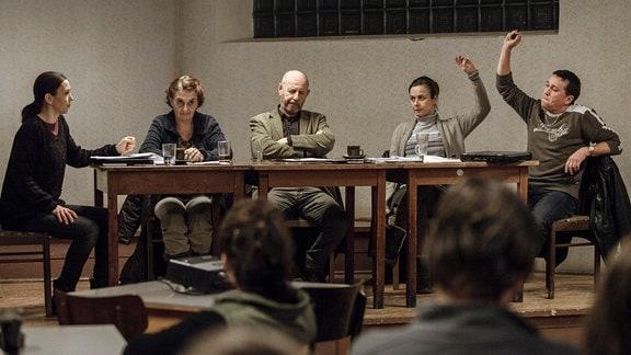 Das Dorf Pustina soll dem Braunkohletagebau weichen. Markéta Masařová (Petra Špalková, 2. von rechts), Pavel Abrham (Martin Sitta, rechts) und andere Einwohner sind dafür, Hanka Sikorová (Zuzana Stivínová, links), Jitka Vašičková (Eva Holubova, 2. von links) und Krušina (Ivan Krúpa, 3. von links) sehen den Ausverkauf ihrer Heimat kritisch.