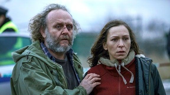 Die Sorge um ihre vermisste Tochter Míša lässt Hanka (Zuzana Stivínová) und ihren psychisch kranken Ex-Mann Karel (Jaroslav Dušek) wieder einander näherkommen.