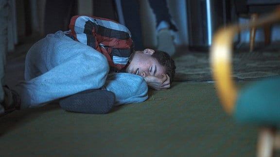 Filip Paskowski (Oskar Hes) aus dem ortsansässigen Erziehungsheim wird von seinen Mitinsassen gemobbt, da sie befürchten, er habe sie verraten.