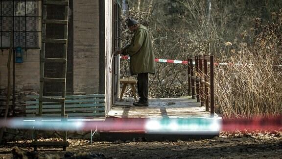 Nachdem Karel (Jaroslav Dušek) von der Polizei verhört wurde, kommt er wieder auf freien Fuß und verschafft sich Zugang zu seinem von der Polizei abgesperrten Wochenendhaus.