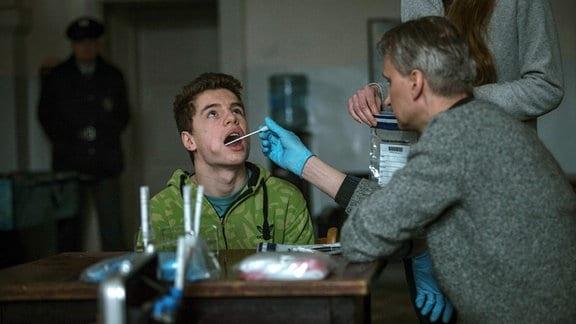 Die Polizei nimmt von Filip (Oskar Hes, 2. von links) und den anderen Jungs im Erziehungsheim DNA-Proben.