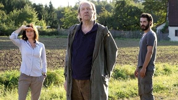 Jana (Inka Friedrich) und Opa Charly (Ulrich Pleitgen) begutachten das zum Verkauf stehende Anwesen des Wissenschaftlers Thomas (Tobias Oertel, re.).