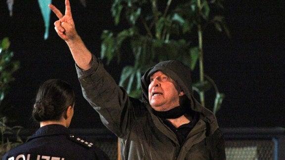 Der idealistische Opa Charly (Ulrich Pleitgen) protestiert gegen Umweltzerstörung und Betonwüsten.