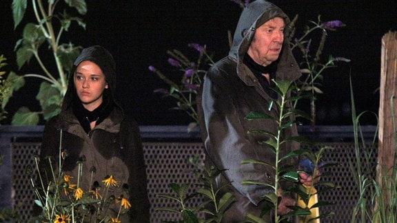 Opa Charly (Ulrich Pleitgen) hat seine Enkelin Marie (Nadine Kösters) zu einer seiner Guerilla Gardening-Aktionen mitgenommen