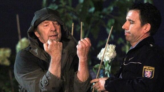 Einmal mehr wird der Umweltaktivist Charly (Ulrich Pleitgen) von der Polizei verhaftet.