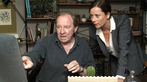 Charly (Ulrich Pleitgen) zeigt seiner Schwiegertochter Jana (Inka Friedrich) im Internet ein Haus, das zum Verkauf steht.