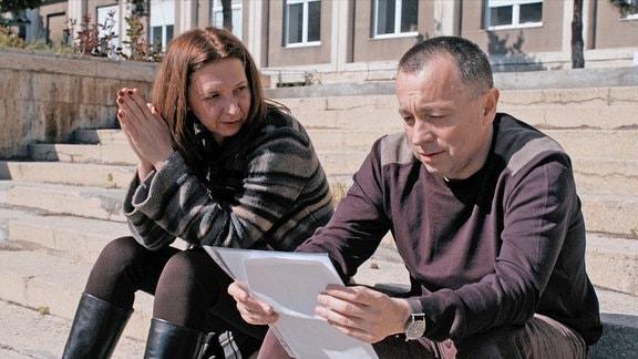 Investigativ-Journalist Catalin Tolotan und seine Kollegin Mirela Neag während der Recherchen