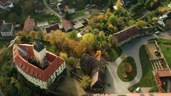 Neuhirschstein und sein Schloss aus der Vogelperspektive.