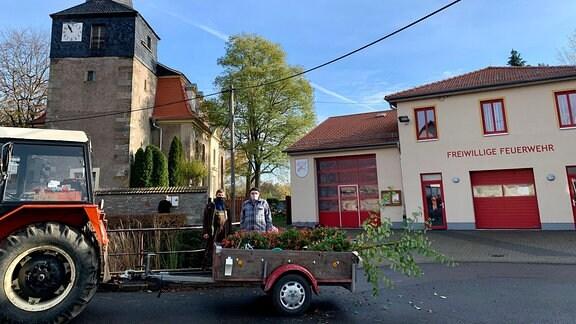 """Direkt vor Kirche und Feuerwehrhaus ist Bienstädts kleine """"Schwemme"""". Eine Legende sagt, aus dem Wasser im Tümpel sei einst Bier gebraut worden."""