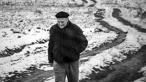 Simas Kudirka auf einem Feldweg in Litauen.