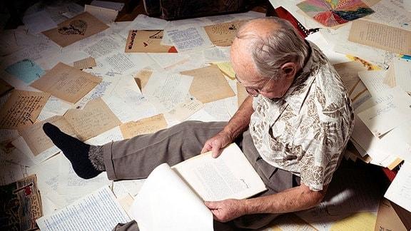 Simas zuhause mit etlichen Briefen, die er 1978 von Kindern aus den gesamten USA erhalten hatte.