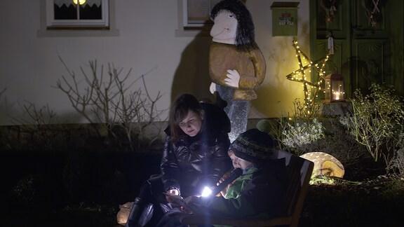 Die Einwohner des kleinen Örtchens Tiefthal bei Eerfurt gestalten jedes Jahr sehr liebevoll ihren lebendigen Adventskalender. Es werden Märchen gespielt, Geschichten vorgelesen, alle Häuser geschmückt. Das wichtigste sind aber die Begegnungen der Dorfbewohner bei Glühwein und Bratwurst in ihrem Ort.