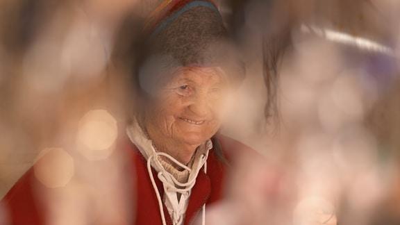 Christa Hildebrandt und ihr Mann sind seit vielen Jahren eine Institution aus dem historischen Weihnachtsmarkt auf der Wartburg. Sie zeigen vor Ort das uralte Kunsthandwerk des Glasblasens.