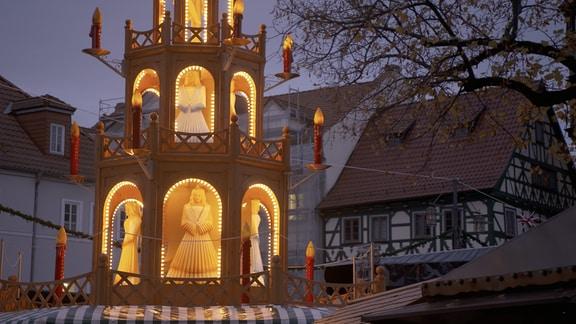 Die große leuchtende Pyramide wird auf dem Eisenacher Weihnachtsmarkt jedes Jahr von einer alteingesessenen Schaustellerfamilie aufgestellt.