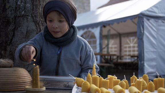 Das kleine Örtchen Kapellendorf bei Weimar pflegt eine ganz besondere Tradition. Sie machen sich ihren eigenen ganz besonderen Weihnachtsmarkt. Zusammengehörigkeit und Dorfleben werden hier groß geschrieben.