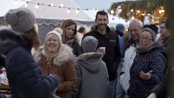 Viel Leckeres und Schönes entsteht hier in gemeinschaftlicher Arbeit in der Vorweihnachtszeit und alle genießen den inzwischen Tradition gewordenen kleinen weihnachtlichen Markt im Dorf.