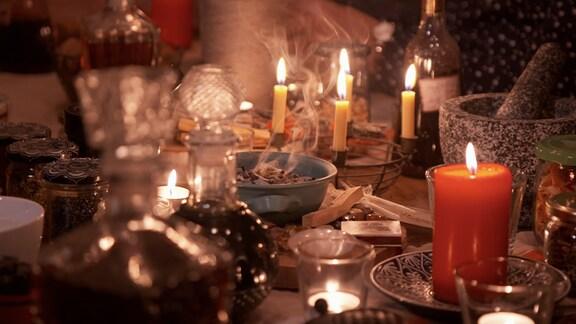 Die gelernte Goldschmiedin und Heilpraktikerin sammelt mehrmals im Jahr die Frauen ihres Heimatortes Bilzingsleben um sich, um Kräutermischungen herzustellen und sich dem magischen Ritual des Räucherns hinzugeben. Besonders in der Weihnachtszeit soll diese Zeremonie gute Energien in die Welt tragen.