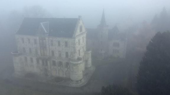 Märchenhaft muten die Thüringer Landschaften an.  Die Wälder, die Berge und Täler, die Nebel und auch die sagenumwobenen Schlösser und Burgen verströmen besonders in der Vorweihnachtszeit einen geheimnisvollen Hauch.