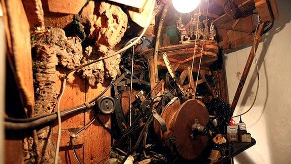 Im Zusammenspiel mit der Schnitz- und Bastelkunst der Erzgebirgler sind so immer komplexere mechanische Wunderwelten, die sogenannten Weihnachtsberge entstanden.