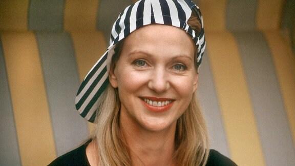 Sonja (Sabine Kaack) ahnt nicht, dass ihre geplante Geburtstagsfeier bei der gesamten Familie den Eindruck erweckt, sie hätte einen neuen Freund. Schuld daran ist ein Foto, das ein Klassenkamerad von Peggy gemacht hat.