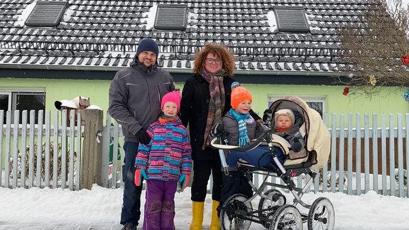 Familie Schmidt. Papa André pendelt jeden Tag 82 Kilometer zur Arbeit nach Zerbst. Dreiheide den Rücken kehren, das kommt ihm nicht in die Tüte.