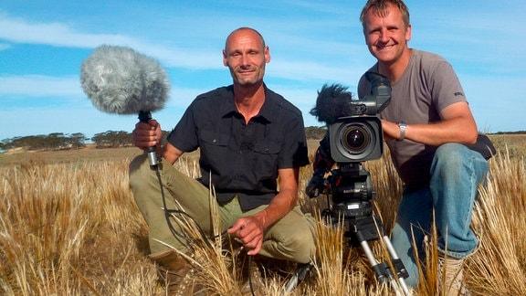 """Viele Monate lang drehten die Naturfilmer Rolf Sziringer (l.) und Klaus Weißmann für """"Australien – Im Land der Wombats""""."""