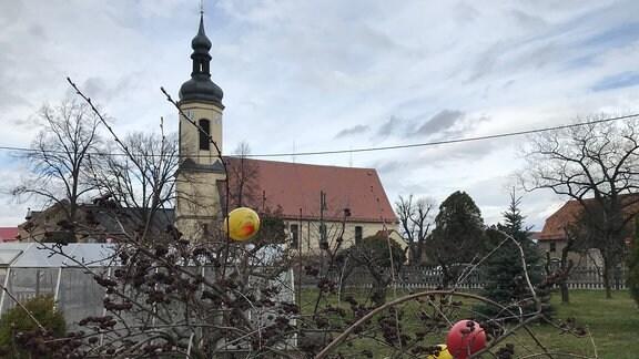 Ostern steht vor der Tür. Auch in Heyda, einem kleinen Dorf im Landkreis Meißen, werden die Gärten geschmückt.