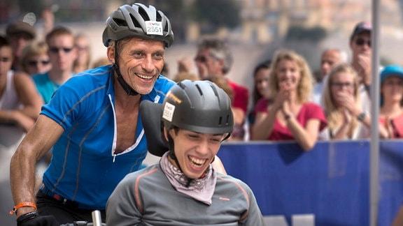 Hochmotiviert absolvieren Julien (Fabien Héraud, vorn) und sein Vater Paul (Jacques Gamblin) die 180 Kilometer lange Radstrecke des Ironman in Nizza.