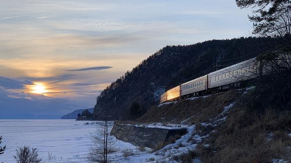 Auf der für den regulären Zugverkehr stillgelegten Trasse am Baikalsee
